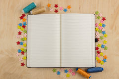 Couturière ouverte de page de carnet avec des boutons, fil, fleurs et Image libre de droits
