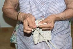 Couturière tissant un coussin photographie stock