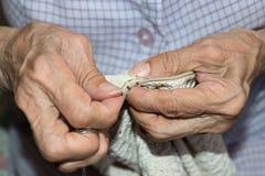 Couturière tissant un coussin photo libre de droits