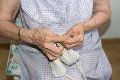 Couturière tissant un coussin image libre de droits