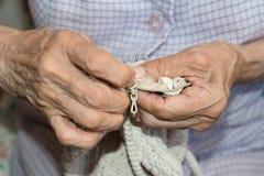 Couturière tissant un coussin photo stock