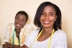 Couturières de jeunes femmes heureuses dans leur atelier photo stock