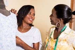 Couturières regardant l'un l'autre avec un sourire photo stock