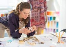 Couturier choisissant des accessoires Photo stock