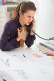 Couturier dans le téléphone parlant de bureau Images stock