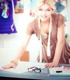 Couturier de jeune femme travaillant au studio photographie stock libre de droits