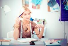 Couturier de jeune femme travaillant au studio photo libre de droits