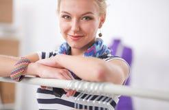 Couturier de jeune femme travaillant au studio images stock