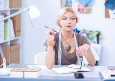 Couturier de jeune femme travaillant au studio photo stock