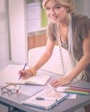 Couturier de jeune femme travaillant au studio image stock