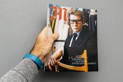 Couturier de Yves Saint Laurent sur la couverture du magazine l de m Photo stock