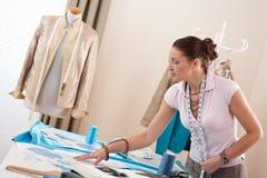 Couturier féminin travaillant au studio Photo stock