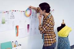 Couturier masculin regardant l'échantillon de couleur image libre de droits