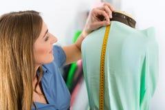 Couturier ou tailleur travaillant dans le studio Images libres de droits