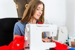 Couturier ou tailleur travaillant dans le studio Image stock