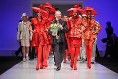 Couturier Slava Zaytzev en modellen royalty-vrije stock afbeeldingen