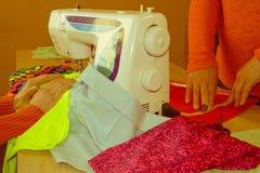 Couturier, tailleur de femme posant sur son lieu de travail avec la coupe Image stock