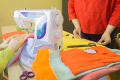 Couturier, tailleur de femme posant sur son lieu de travail avec la coupe Photos libres de droits