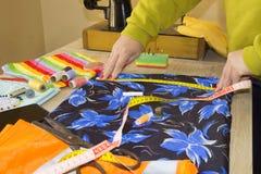Couturier, tailleur de femme posant sur son lieu de travail avec la coupe Photographie stock libre de droits
