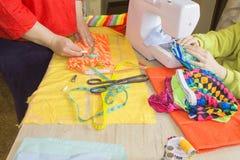 Couturier, tailleur de femme posant sur son lieu de travail avec la coupe Photo stock