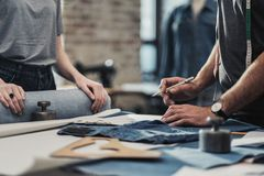 Couturier travaillant dans son studio photo libre de droits