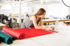 Couturier travaillant dans une usine Image stock