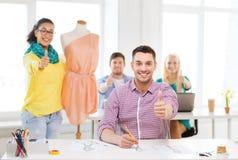 Couturiers de sourire travaillant dans le bureau Image stock