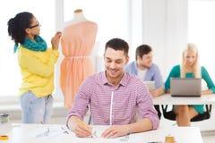 Couturiers de sourire travaillant dans le bureau Image libre de droits