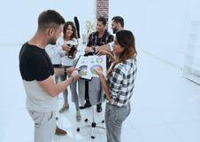 Couturiers discutant la palette de couleurs dans le studio images libres de droits