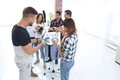 Couturiers discutant la palette de couleurs dans le studio photo stock