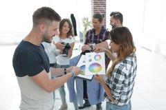 Couturiers discutant la palette de couleurs dans le studio photographie stock