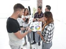 Couturiers discutant la palette de couleurs dans le studio image stock