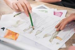 Couturiers travaillant avec des modèles des modèles Photographie stock libre de droits