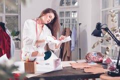 Couturiers travaillant dans le studio se reposant sur le bureau Images stock
