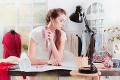 Couturiers travaillant dans le studio se reposant sur le bureau photos stock