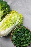 Couve, couve chinesa, brócolis em um fundo cinzento Vista superior, espaço da cópia para o texto, foco seletivo fotos de stock royalty free