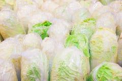 Couve chinesa fresca no supermercado Imagens de Stock Royalty Free