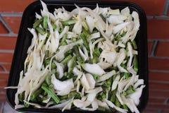 A couve com os feijões verdes na bandeja antes de stewing foto de stock royalty free