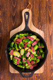 Couve-de-bruxelas e bacon Imagens de Stock