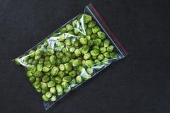 Couve-de-bruxelas em um saco de plástico Fotos de Stock