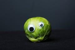 Couve de Bruxelas engraçada com olhos fotos de stock