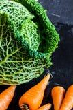 Couve-de-milão com as cenouras chantenay do bebê Feche acima na ardósia Fotos de Stock Royalty Free