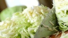 Couve do corte e outros vegetais em uma placa de corte na cozinha Alimento saudável do vegetariano vídeos de arquivo