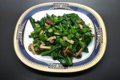Couve e cogumelo verdes fritados agitação Foto de Stock Royalty Free