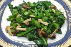 Couve e cogumelo verdes fritados agitação Imagens de Stock