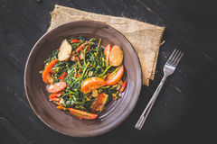 A couve e o tomate fritam mexendo, fecham-se acima Fotos de Stock Royalty Free