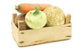 Couve e vegetais de raiz misturados em uma caixa de madeira Imagem de Stock