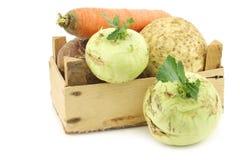 Couve e vegetais de raiz misturados em uma caixa de madeira Foto de Stock