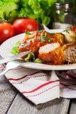 A couve enchida com carne e arroz serviu com batatas e molho de tomate fervidos fotografia de stock royalty free