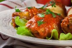 A couve enchida com carne e arroz serviu com batatas e molho de tomate fervidos fotos de stock